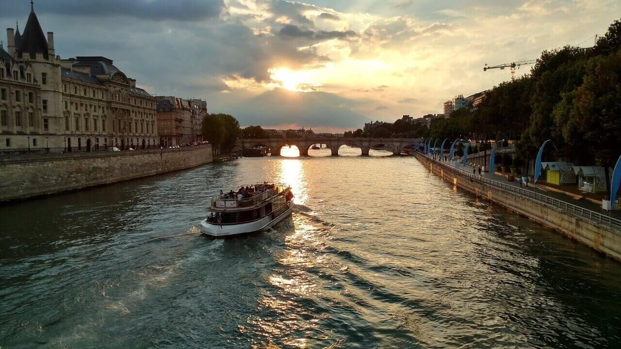 Прогулка на лодке в Париже