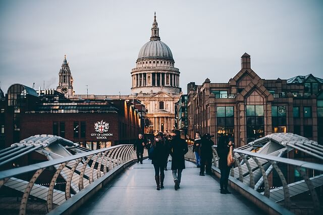 В Лондоне нападают на людей с помощью холодного оружия