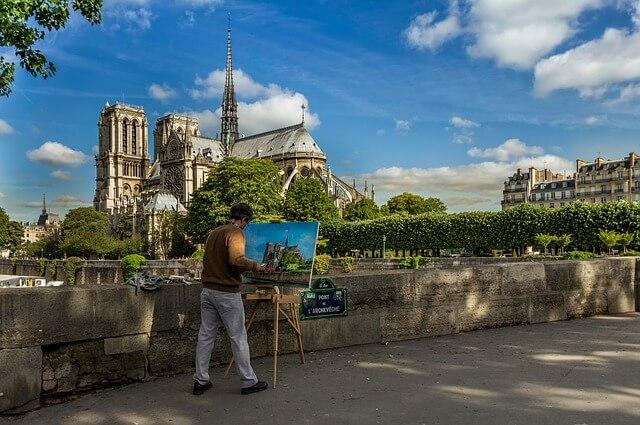 Власти Парижа открывают площадь у Нотр-Дама