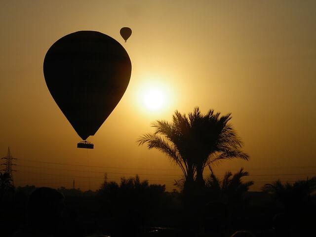 Воздушный шар с туристами улетел в горы в Египте