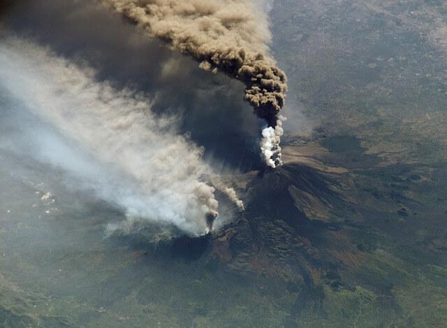 Вулкан Этна вновь проявляет свою активность