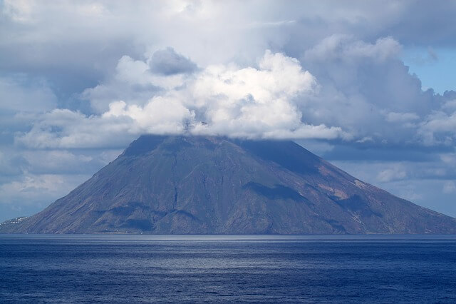 Извержение вулкана на острове Стромболи