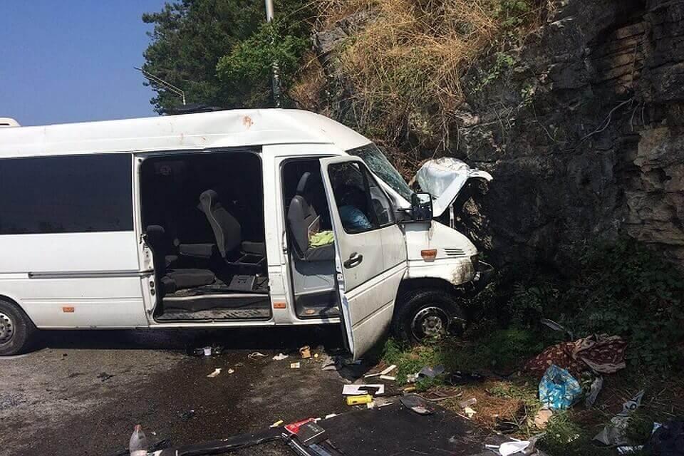 Микроавтобус с туристами попал в аварию в Абхазии