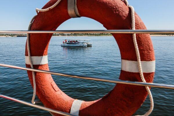 Перегруженный катамаран перевернулся в Черном море