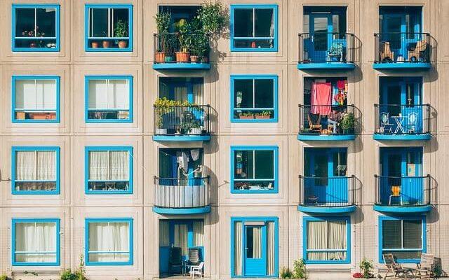 Великобритания официально запрещает балконинг