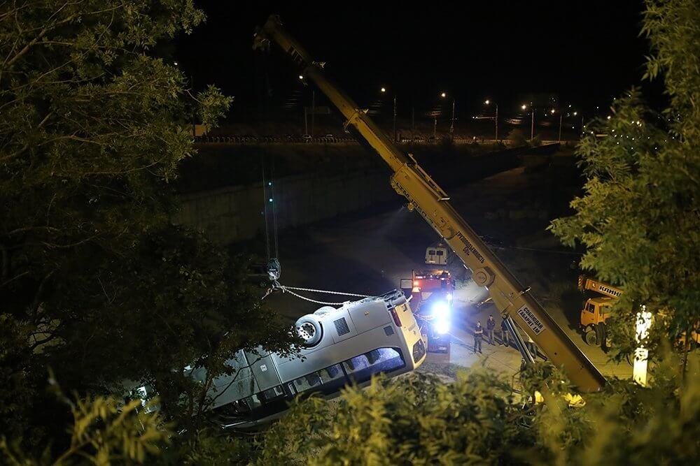Экскурсионный автобус сорвался в обрыв под Новороссийском