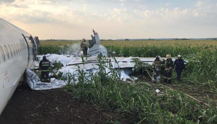 Самолет «Уральских авиалиний» аварийно сел в кукурузном поле