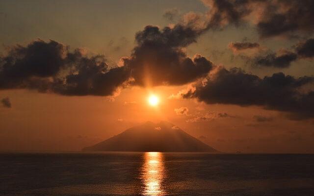 В Италии вновь начал извергаться вулкан Стромболи