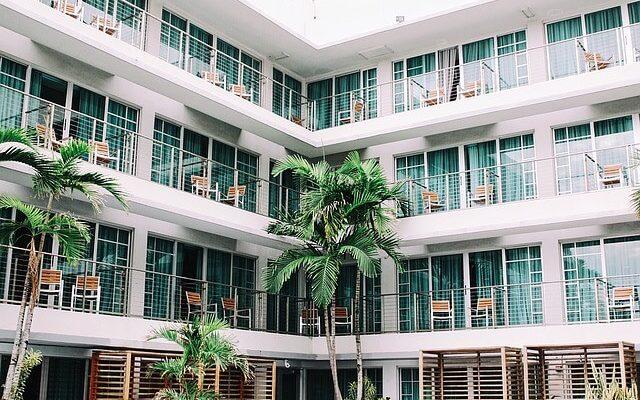 Booking.com снижает цены на отели — скидка 20% в октябре