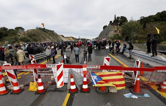Митингующие в Каталонии перекрывают дороги