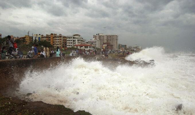 Аэропорты Индии и Бангладеш будут работать со сбоями из-за шторма