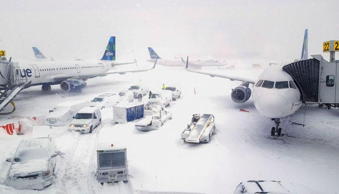 В американском Чикаго из-за снегопада отменены сотни рейсов