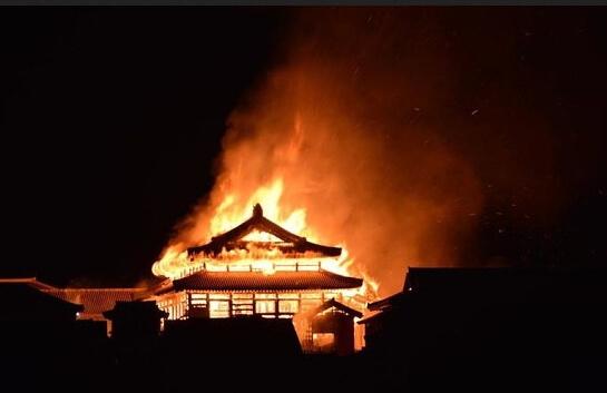 Замок Сюри сгорел