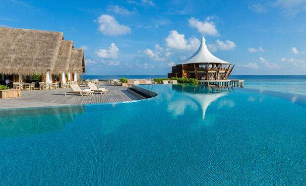 Бассейн в отеле на Мальдивах