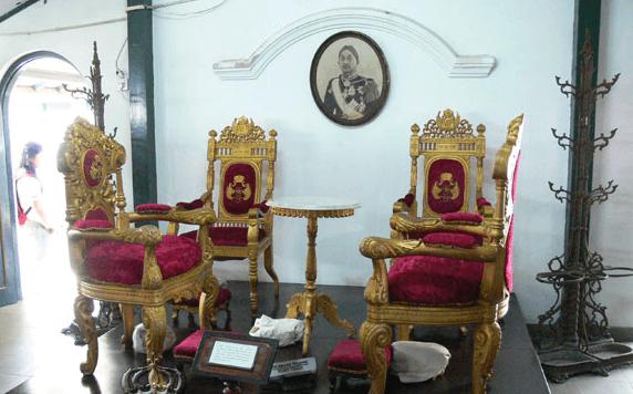 Туристака сломала столик султана