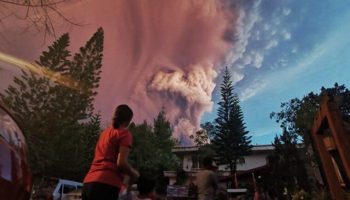 На Филиппинах из-за извержения вулкана прошла эвакуация населения