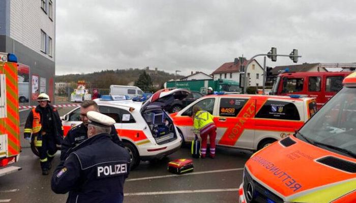В Германии водитель автомобиля протаранил толпу людей на местном празднике