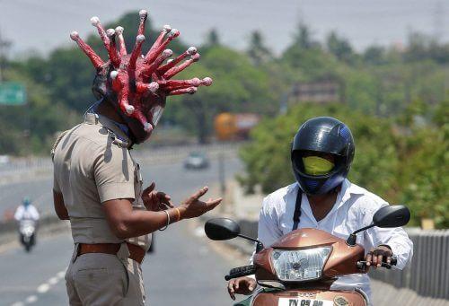 В Индии сотрудник полиции одел шлем с изображением коронавируса