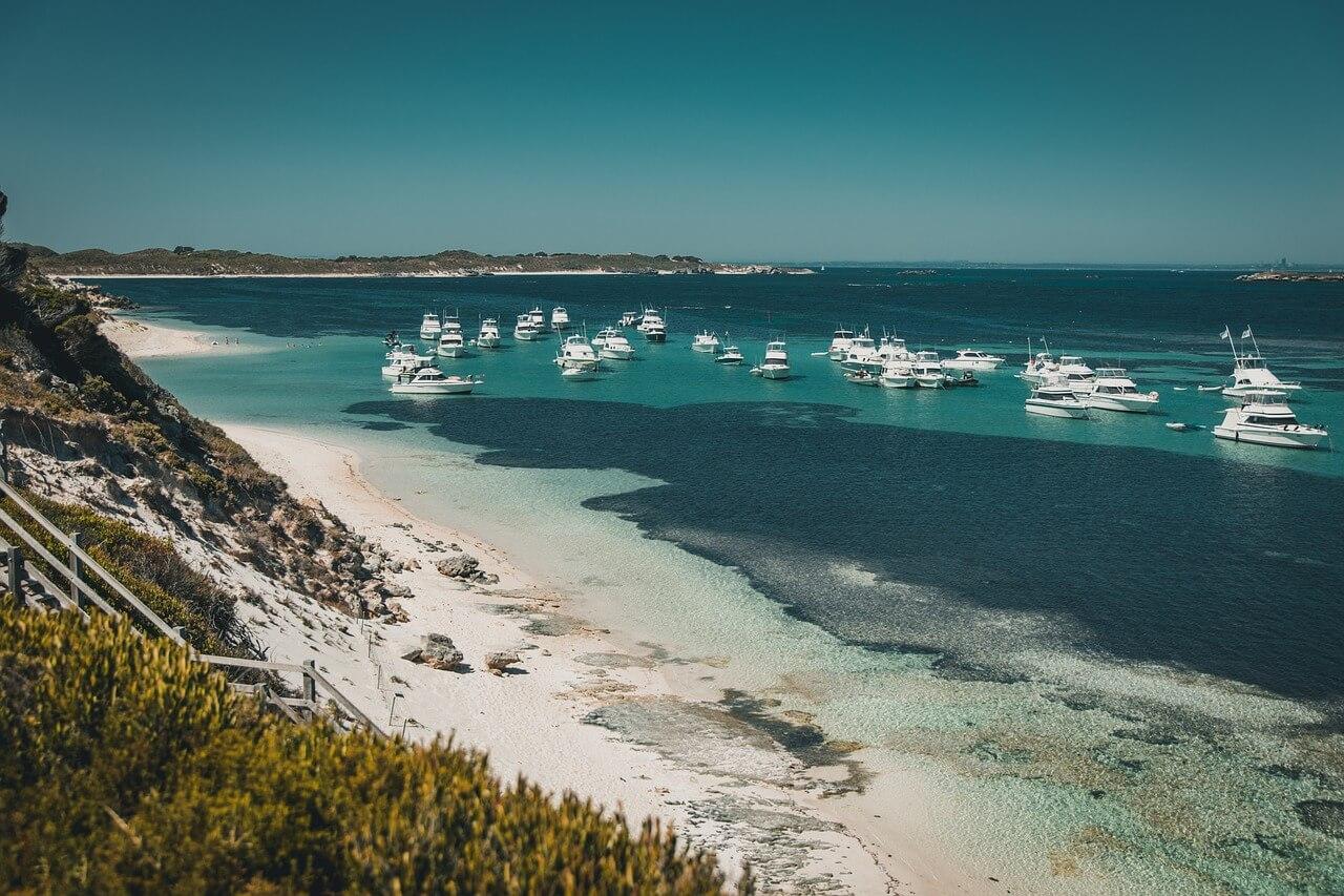 австралийский пляж, белый песок и яхты