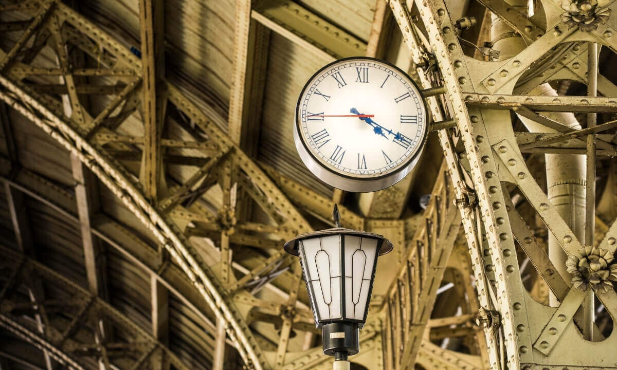 Часы на Витебском вокзале в Петербурге