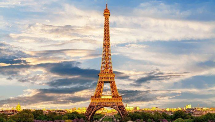 Эйфелева башня в Париже вновь открывается