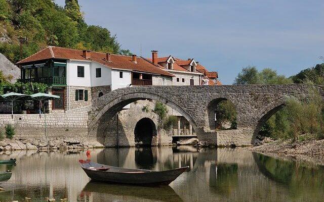 Власти Черногории отменили ПЦР-тестирование при въезде