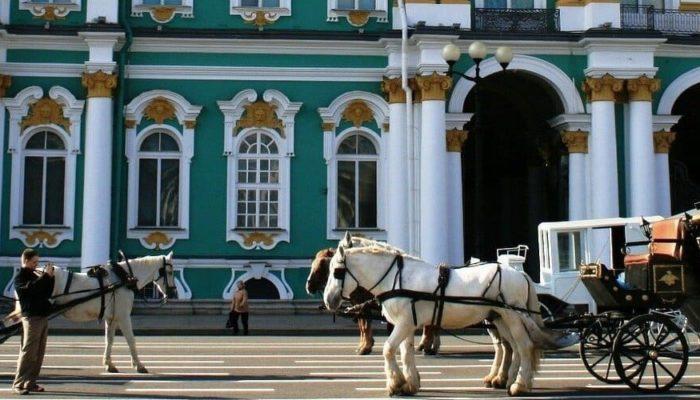 Зимний дворец вызывает высокий интерес у туристов во всем мире