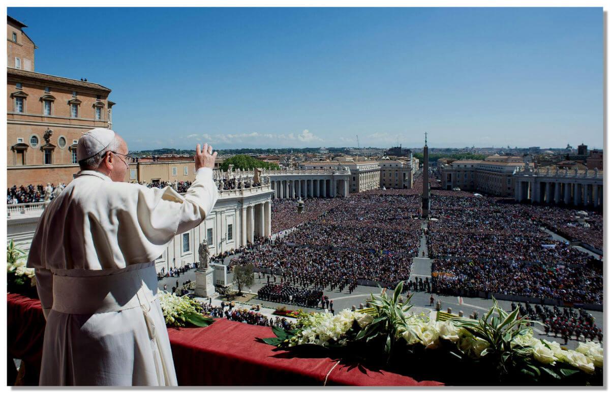 Если на улице хорошая погода, то отче католического мира сам появляется на балкончике, благословляя паломников со всех уголков земли