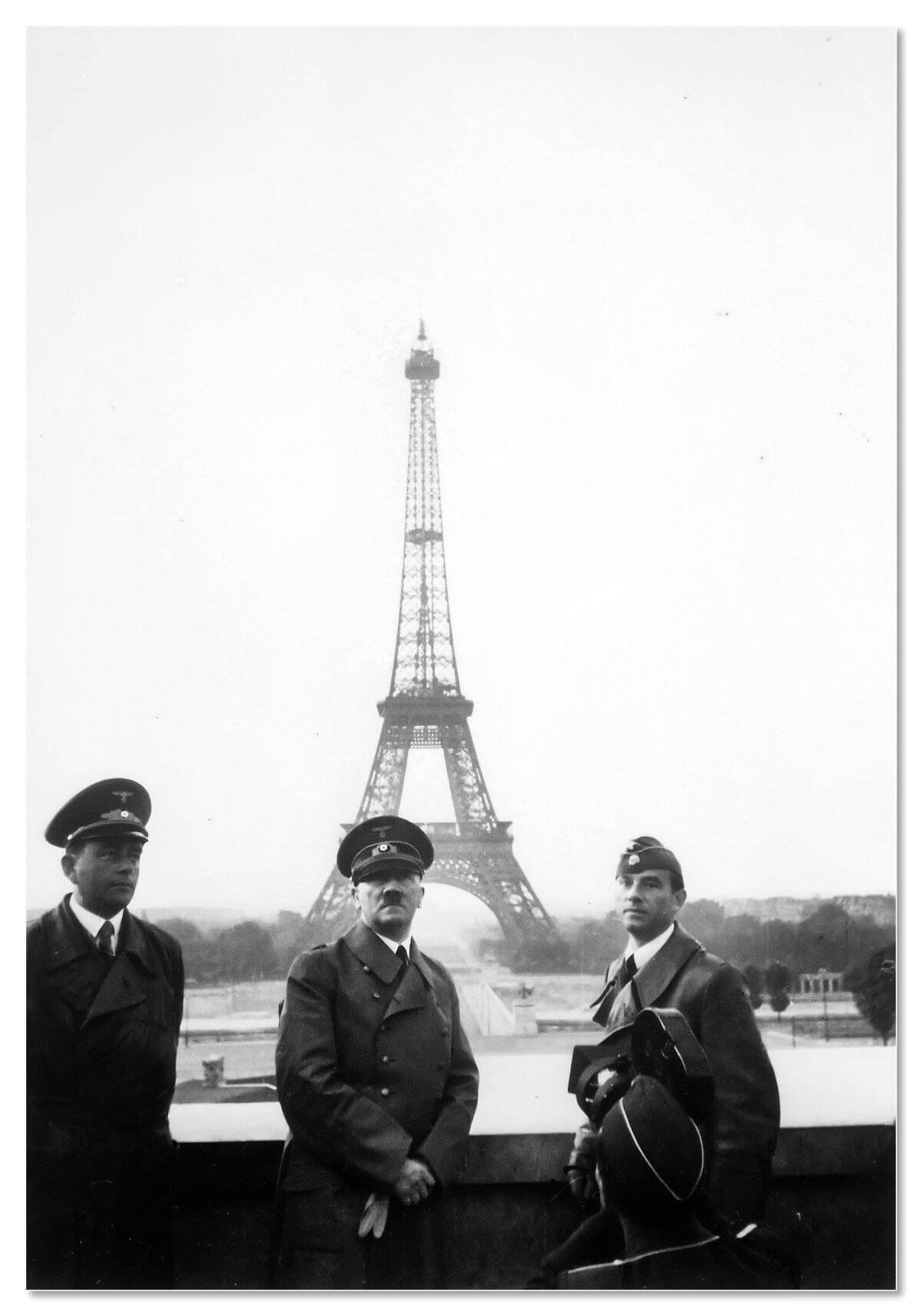 Гитлер на фоне Эйфелевой башни