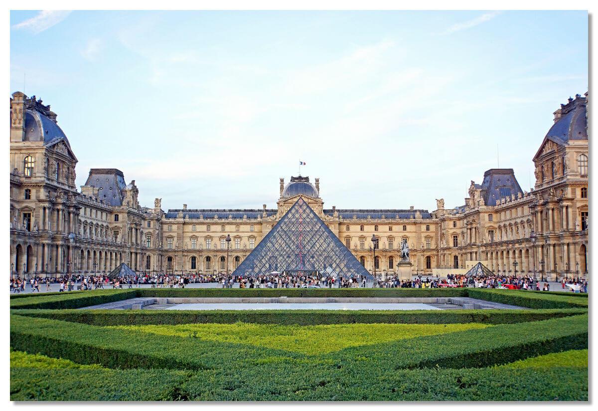 Лувр известен туристам, в первую очередь, не как великолепный архитектурный памятник, служивший некогда домом французским королям, а как известнейший музей мира