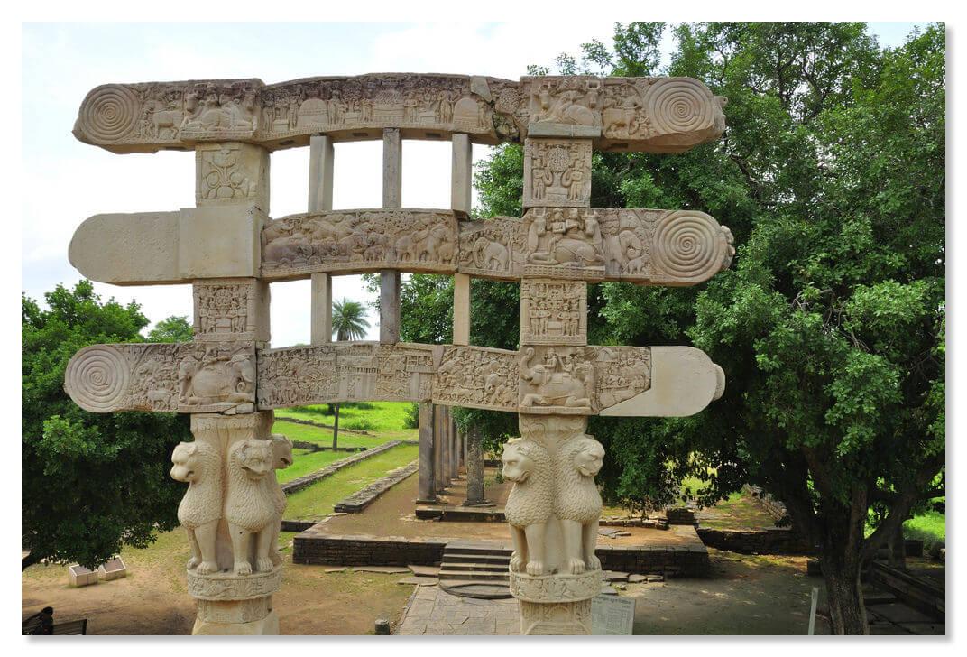 Львы, стоящие спина к спине на южных воротах - самых старых, - образуют государственный герб Индии, который можно увидеть на любой купюре.