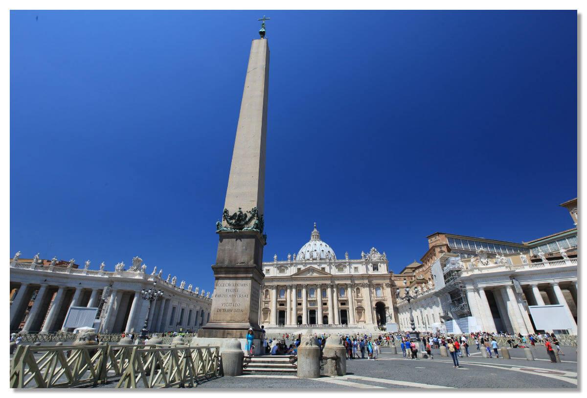 Обелиск привезли в Рим из Египта во времена правления императора Калигулы в 37 году
