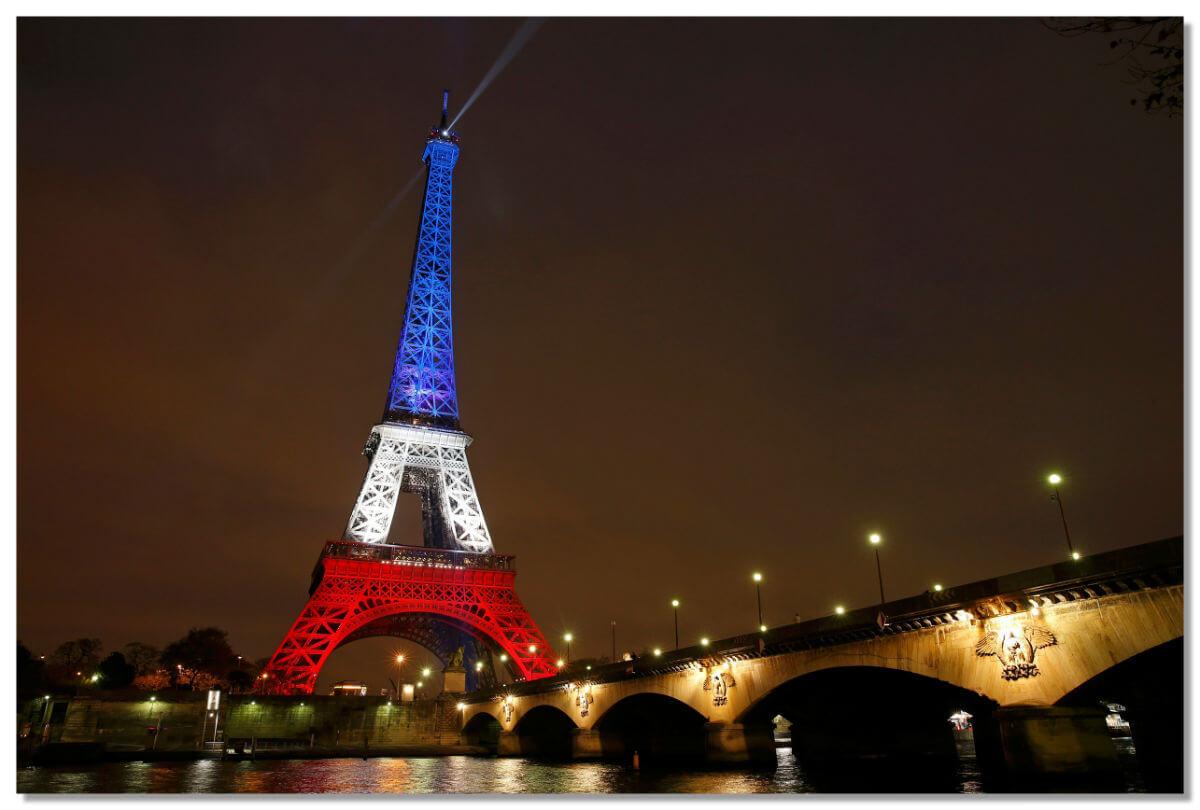 Обычно она светится золотыми огоньками, но иногда окрашивается в цвета флагов различных стран