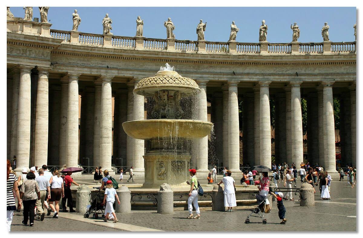 Один из двух фонтановна площади