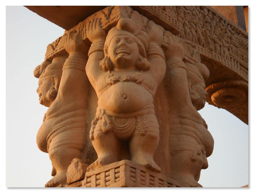 Пузатые карлики поддерживают архитравы западных ворот, на которых изображены несколько самых интересных сцен.