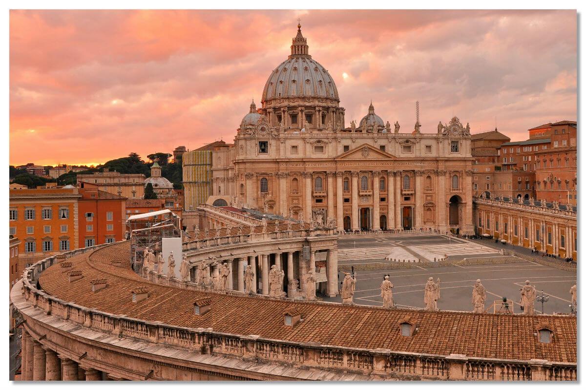 Собор Святого Петра — католический собор, являющийся наиболее крупным сооружением Ватикана