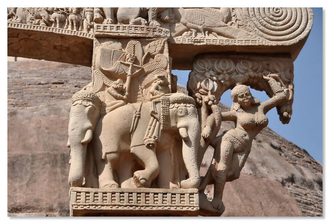 В основании колонн изображены фигуры слонов