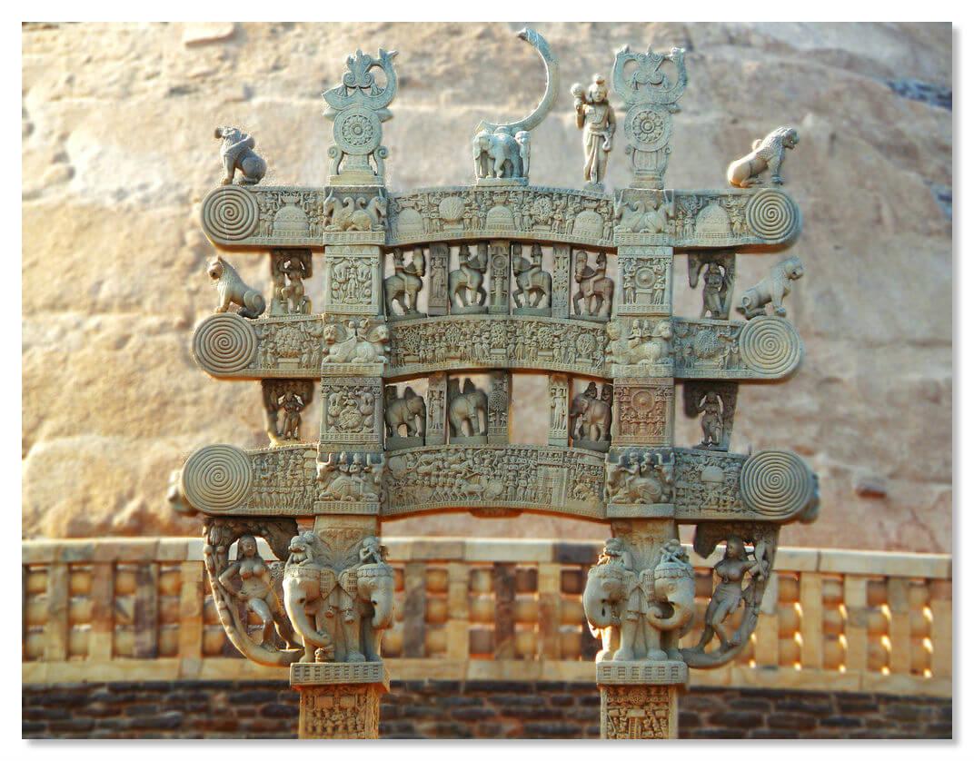 Ворота украшены росписью и резьбой, а промежутки заполняют скульптуры