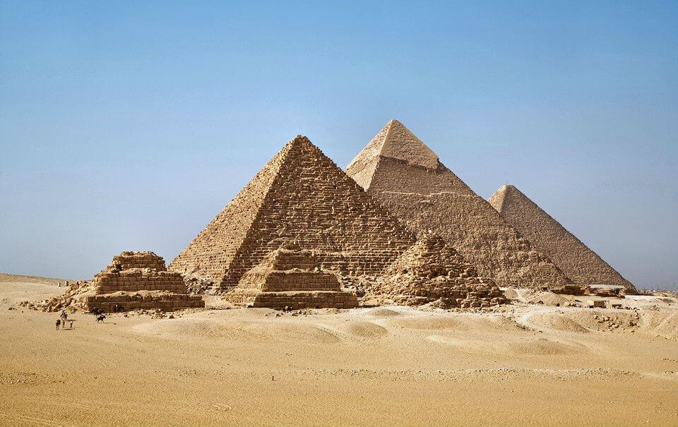 Слева направо - пирамида Микерина, пирамида Хефрена и Великая пирамида