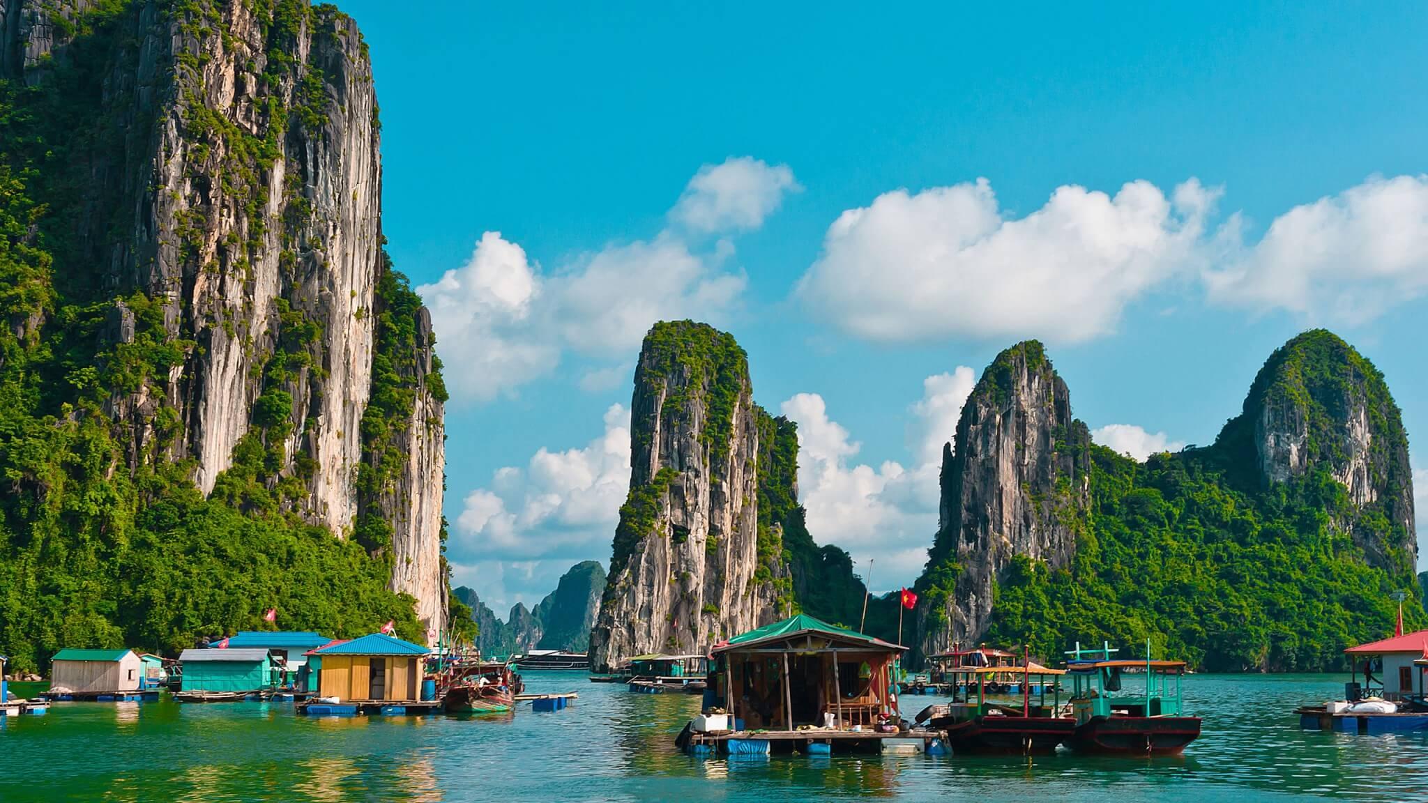 Рыбацкая деревня в бухте Халонг, Вьетнам
