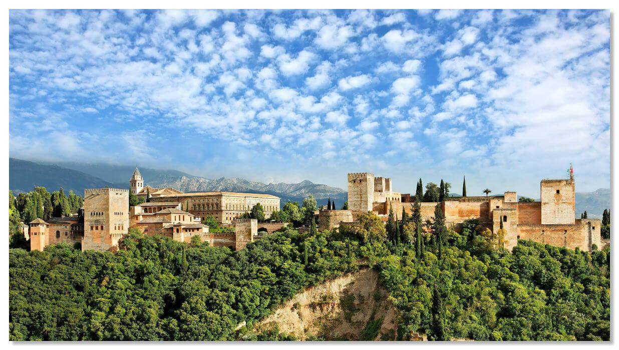 Альгамбра на фоне гор Сьерра-Невада