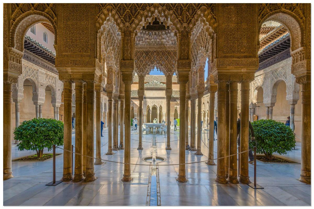 Дворец Альгамбра (Гранада) — архитектурный комплекс мавританского периода, состоящий из мечети, дворца и крепости.