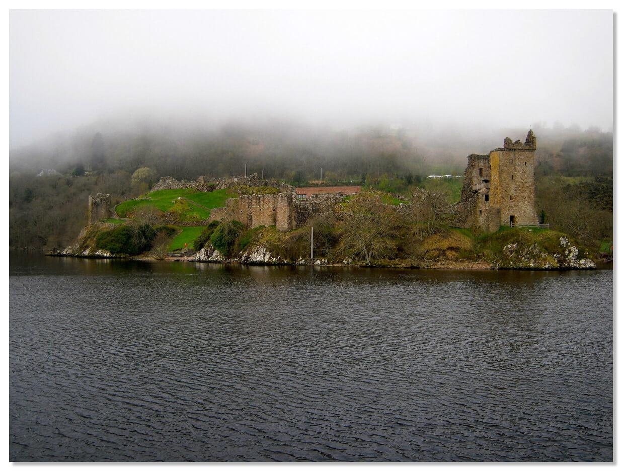 Озеро Лох-Несс — большое глубокое пресноводное озеро в Шотландии