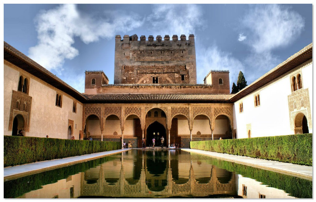 Вся красота спрятана в чудесных садах Альгамбры, внутренних двориках и террасах.