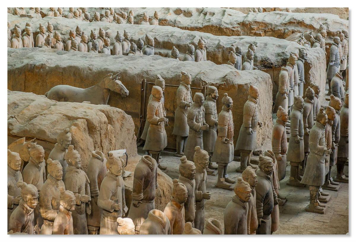 Еще в земле были найдены фигуры чиновников, музыкантов и акробатов.