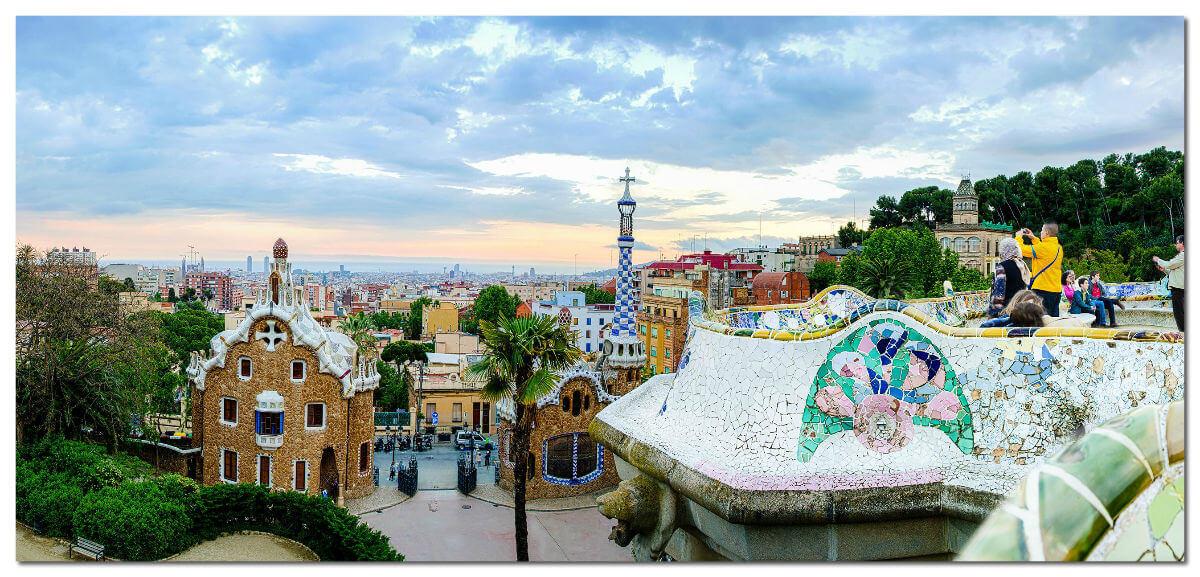 """Этот невероятный парк с """"пряничными"""" домами, разноцветными скамейками и мозаичными животными — работа великого Антонио Гауди."""