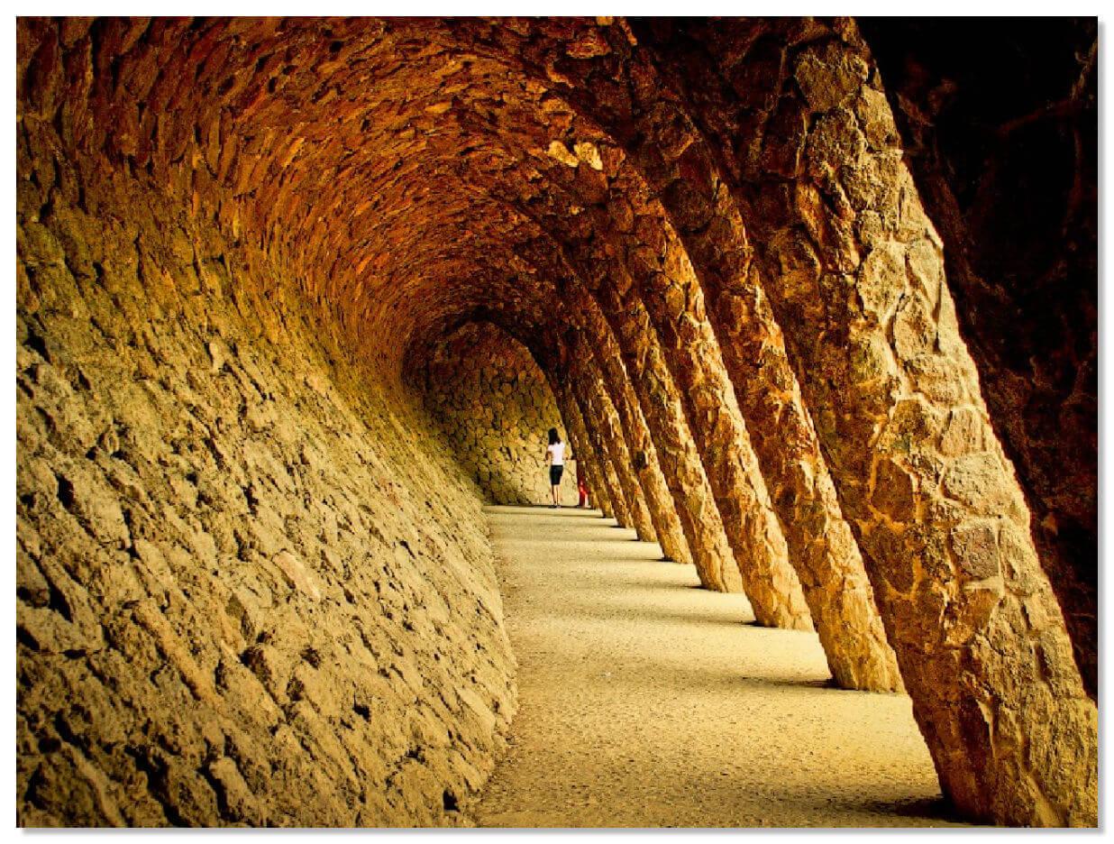 Парк Гуэля, колонны с наклоном