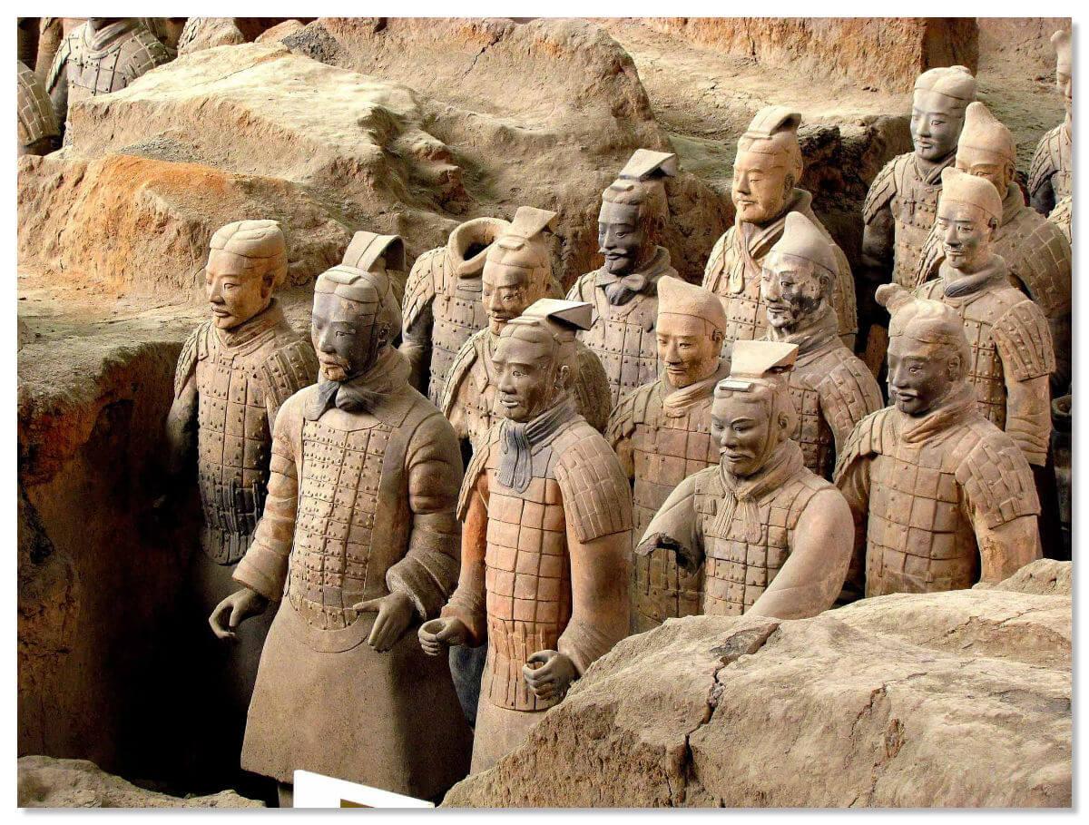 Прошло уже более двух тысяч лет, а недвижимые солдаты все стоят, безмолвно выполняя свое предназначение.