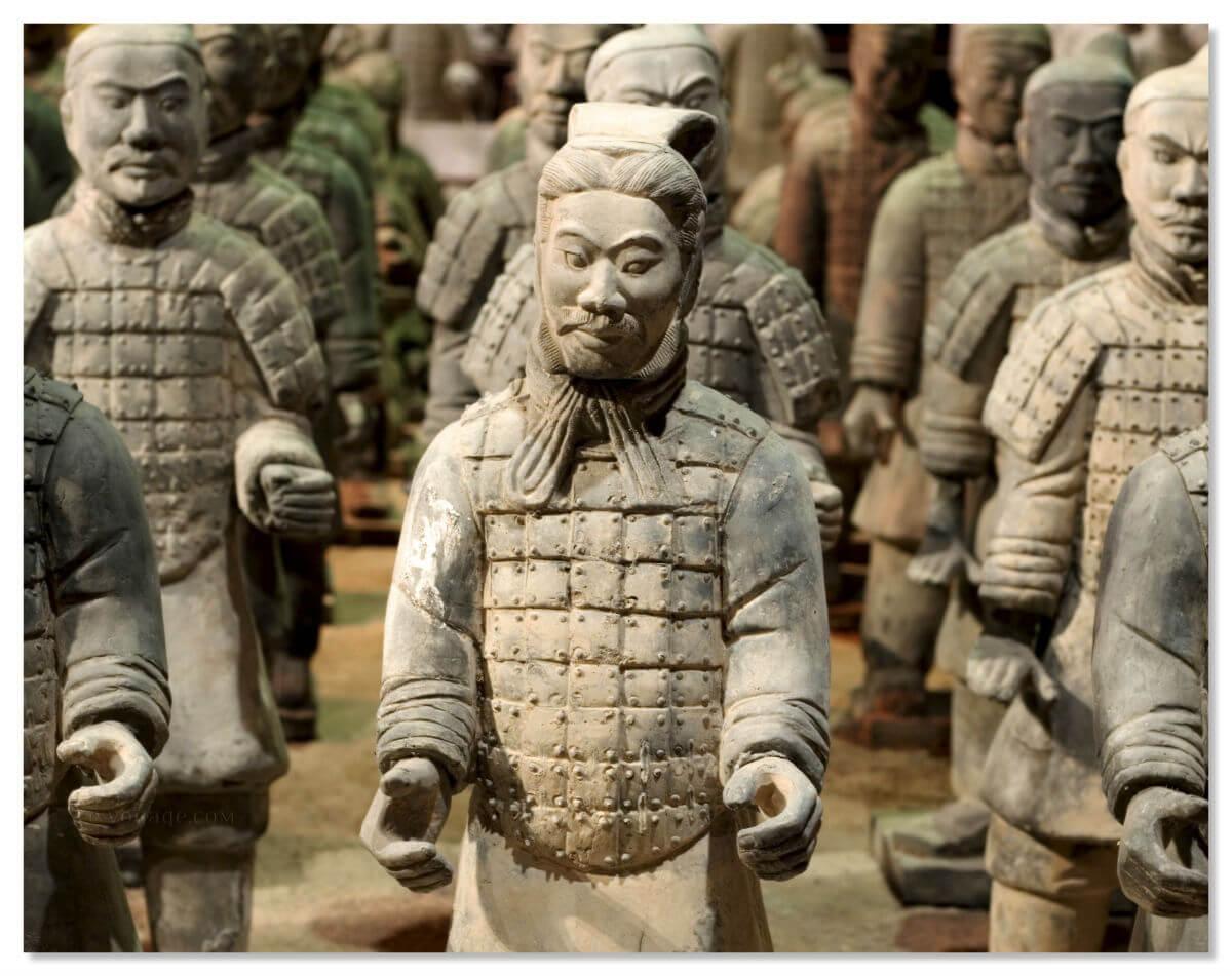 Уникальность терракотовой армии состоит в том, что при детальном рассмотрении лиц воинов вы не найдете ни одного похожего лица. Все лица и формы индивидуальны