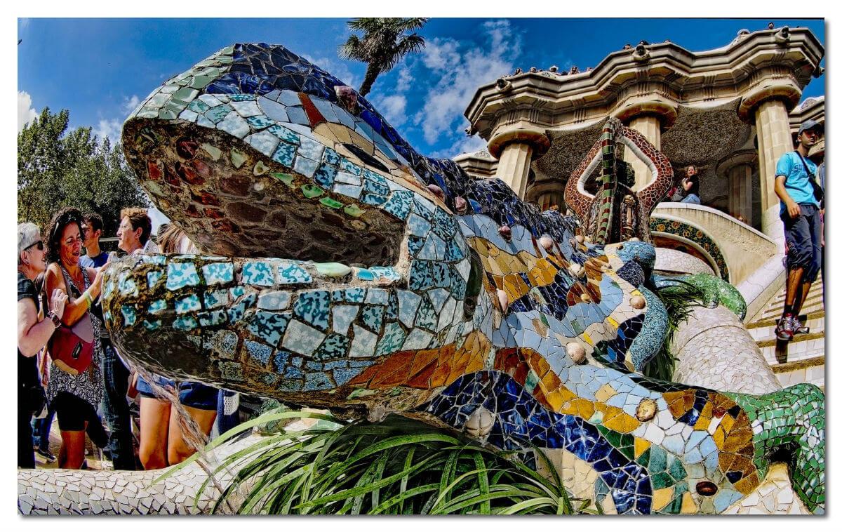 Ящерица, собранная из мозаичных осколков.